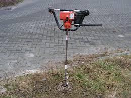 motorgrondboor om gaten mee in de grond te boren